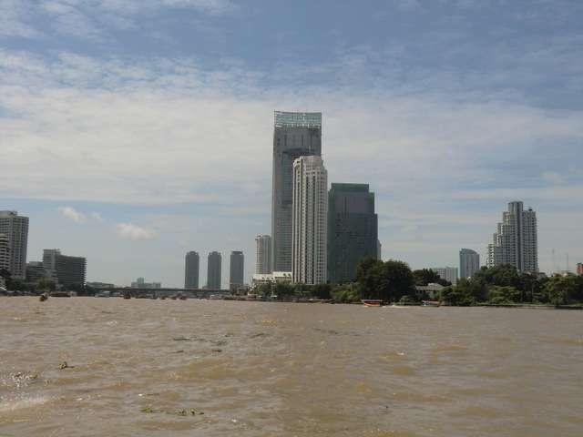 Ausblick vom Wasser auf das Peninsula Hotel