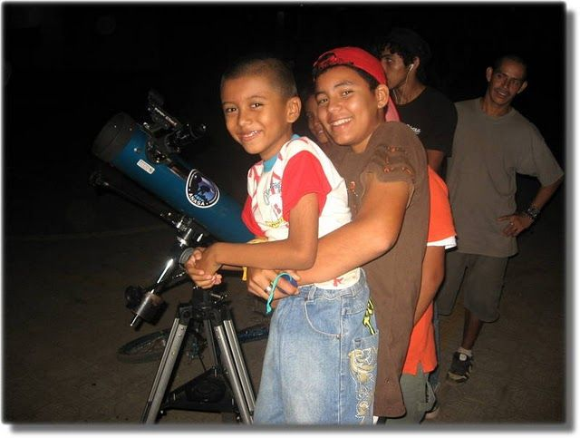 Childrens of Nicaragua enjoying their view through the telescope